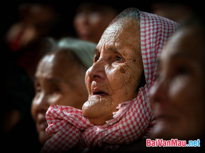 So sánh hình tượng nhân vật bà cụ Tứ trong Vợ nhặt của Kim Lân và nhân vật người đàn bà hàng chài trong Chiếc thuyền ngoài xa của Nguyễn Minh Châu