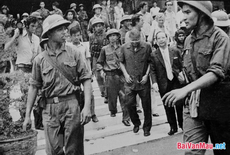 Trong văn học Việt Nam thời kì chống Mĩ cứu nước, khuynh hướng sử thi thường gắn với cảm hứng lãng mạn. Hãy làm rõ điều đó qua truyện ngắn Rừng xà nu