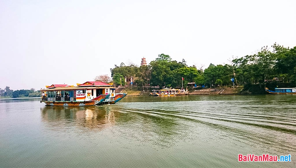 Dòng sông Hương thơ mộng