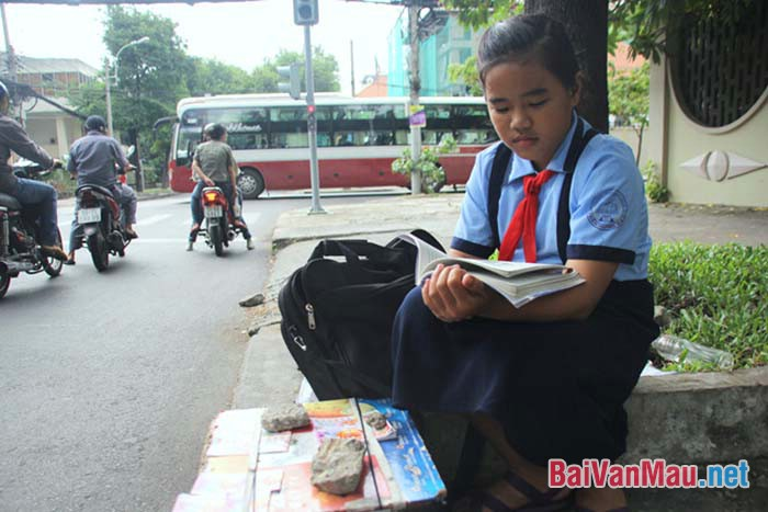 Câu chuyện xúc động về cô bé 12 tuổi vừa học vừa bán vé số lề đường Sài Gòn