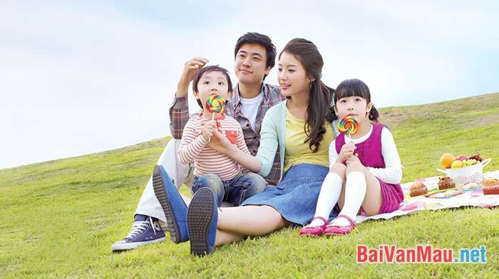 Từ chuyện gia đình trong các tác phẩm Một người Hà Nội (Nguyễn Khải) và Chiếc thuyền ngoài xa (Nguyễn Minh Châu), anh / chị hãy bàn về vai trò của gia đình trong đời sống con người