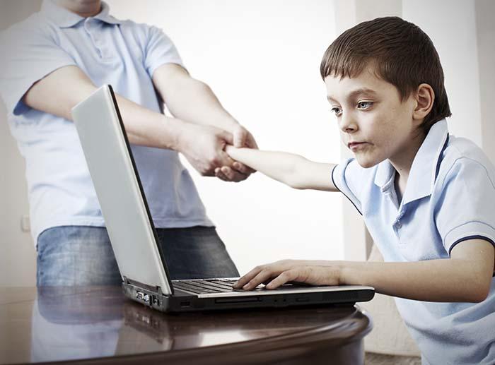 """Anh (chị) suy nghĩ gì về hiện tượng """"nghiện"""" karaoke và internet trong nhiều bạn trẻ hiện nay"""
