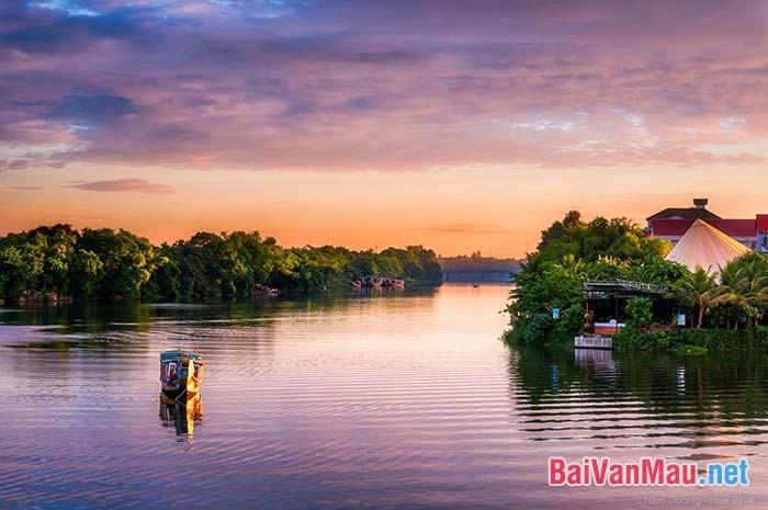 Những khám phá về vẻ đẹp của dòng sông Hương trong bài kí Ai đã đặt tên cho dòng sông? của Hoàng Phủ Ngọc Tường